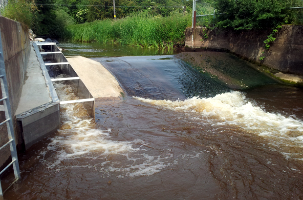 Rodington hydrometric gauging weir with a larnier fish pass installation