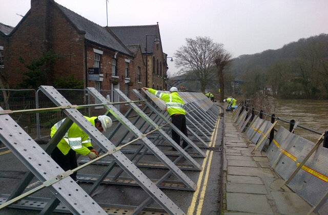 EA teams putting up temporary flood defences